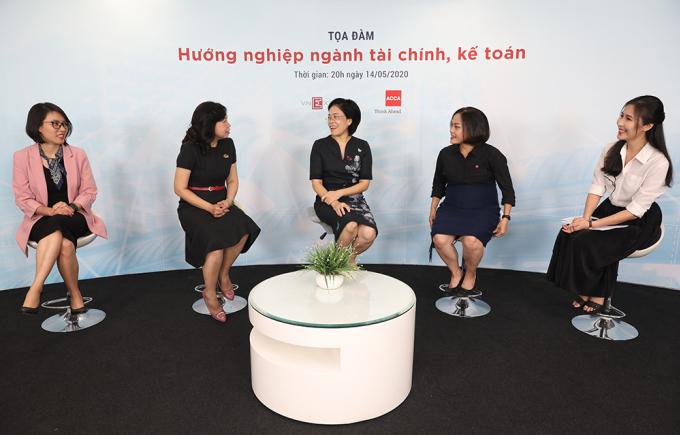 Các khách mời tham gia chia sẻ trong chương trình, từ trái qua phải gồm