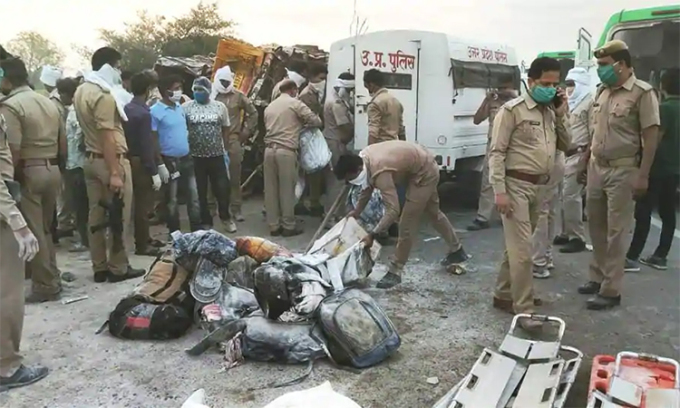 Cảnh sát thu nhặt hành lý của nạn nhân trong vụ tai nạn tại