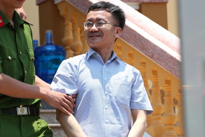 Ông Nguyễn Quang Vinh rời toà trưa 16/5. Ảnh: Phạm Dự.