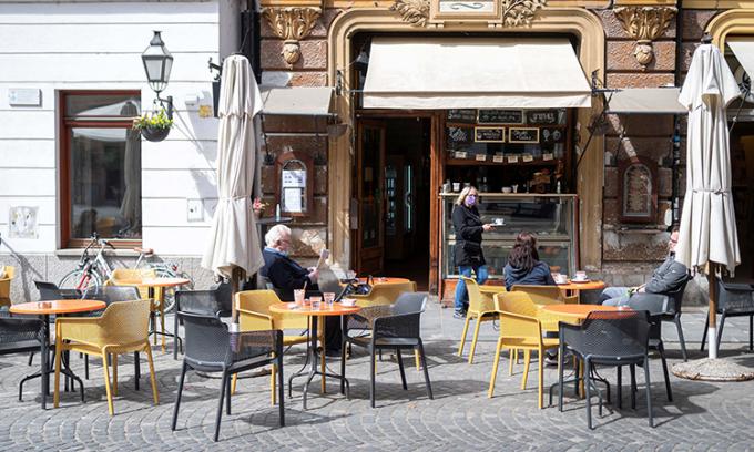 Một quán cà phê ở thủ đô Ljubljana hôm 4/5, khi các biện pháp hạn chế đã được nới lỏng. Ảnh: AFP.