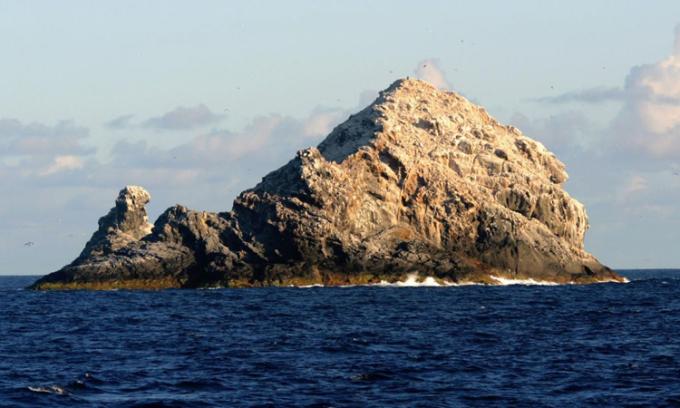 Cặp mỏm đá Gardner, phần duy nhất nhô lên khỏi mặt biển của núi lửaPuhahonu. Ảnh: NOAA.
