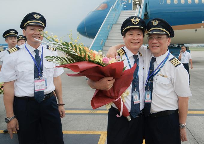 Cơ trưởng Đỗ Bá Hùng (giữa) trong vòng tay đồng nghiệp ngày chia tay sự nghiệp bay. Ảnh: NVCC.