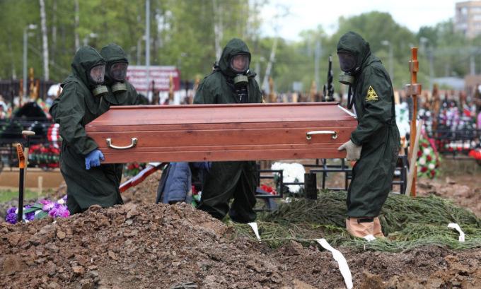 Người chết vì Covid-19 được an táng ở ngoại ô Moskva, Nga, hôm 15/5. Ảnh: Reuters.