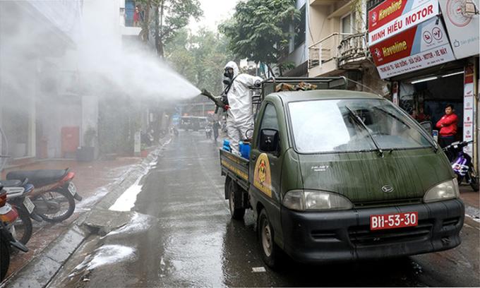 Bộ đội phòng hóa phun hóa chất tẩy trùng số nhà 125 Trúc Bạch và các khu lân cận, Hà Nội, ngày 7/3. Ảnh:Giang Huy.