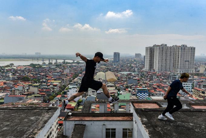 """<p class=""""Normal""""><span><span><span><span><span><span><span><span><span><span><span><span><span><span><span><span>Bắt đầu phát triển ở Việt Nam từ 2007, Parkour và Free-running thu hút giới trẻ thủ đô tìm kiếm tự do trong di chuyển khỏi những khu phố, con ngõ chật hẹp. Sau khi xem bộ phim """"Casino Royale"""", Rùa (tên thật là Phạm Xuân Lâm), 24 tuổi, đã bị lôi cuốn bởi những động tác Parkour trong phim và theo đuổi bộ môn này từ đó, đến nay được 11 năm. Hiện tại, Lâm là trưởng nhóm chơi Parkour gồm 10 thành viêntừ 21 đến24 tuổi, có tên là Highnoy.</span></span></span></span></span></span></span></span></span></span></span></span></span></span></span></span></p>  <p class=""""Normal""""><span><span><span><span><span><span><span><span><span><span><span><span><span><span><span><span>""""Highnoy là cách gọi tên Hà Nội"""" của một người bạn nước ngoài đến chơi và bọn mình quyết định lấy tên đấy cho dễ đọc. Ban đầu mình lập nhóm lớn để mọi người có thể tìm đến, giao lưu giúp đỡ nhau. Song, số lượng thành viên đông không đạt được kết quả mong muốn, nên mình rút lại thành nhóm cá nhân gồm 10 anh em tâm huyết theo đuổi bộ môn này lâu dài"""", Lâm chia sẻ.</span></span></span></span></span></span></span></span></span></span></span></span></span></span></span></span></p>"""