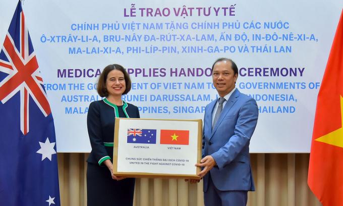 Việt Nam tặng vật tư y tế cho 8 nước châu Á - Thái Bình Dương