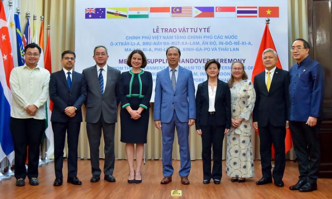 Thứ trưởng Nguyễn Quốc Dũng (giữa) và các đại sứ trong lễ trao tặng hôm 18/5. Ảnh: Bộ Ngoại giao.