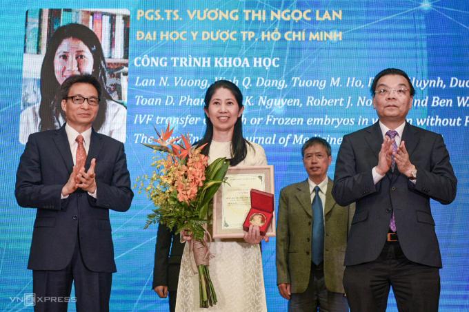 Phó Thủ tướng Vũ Đức Đam (bìa trái) và Bộ trưởng Khoa học và Công nghệ Chu Ngọc Anh (bìa phải) trao giải cho PGS Vương Thị Ngọc Lan. Ảnh: T. Huế.