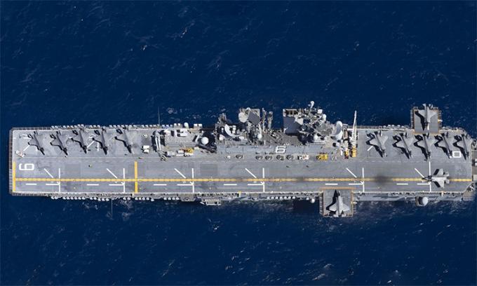 13 tiêm kích F-35B của phi đoàn tiêm kích tấn công số 22 của thủy quân lục chiến Mỹ trên boong tàu USS America tại phía đông Thái Bình Dương, tháng 10/2019. Ảnh: US Navy.