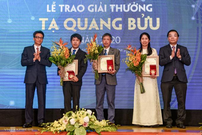 Ba nhà khoa học tại lễ trao giải (TS Nguyễn Trương Thanh Hiếu,PGS.TS Phạm Tiến Sơn và PGS Vương Thị Ngọc Lan). Ảnh: T. Huế.