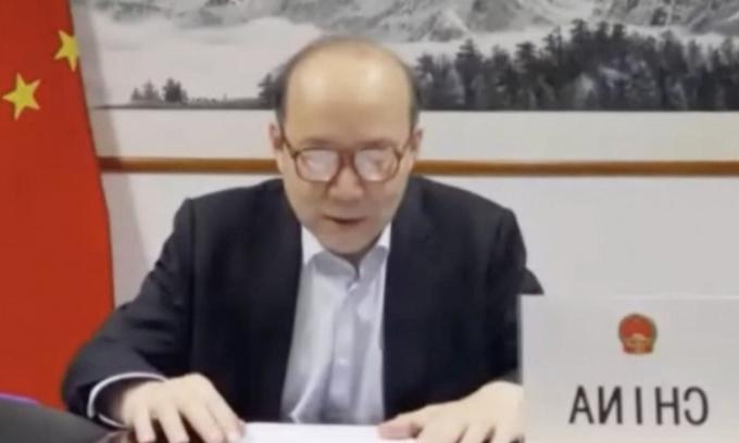 Đại sứ Trung Quốc không kịp thắt cà vạt khi họp WHO
