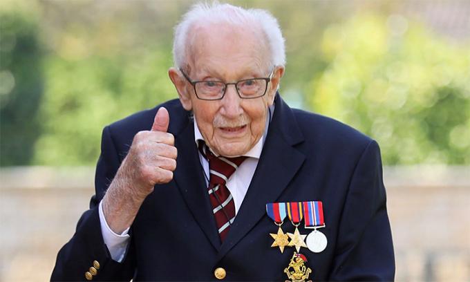 Đại úy Tom Moore trong khu vườn tại hạt Bedfordshire, Anh, ngày 15/4. Ảnh: EPA.