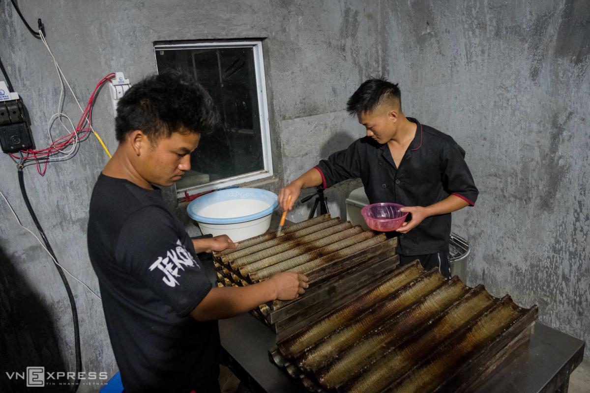 Ba chàng trai Hà Nhì làm bánh mỳ tặng đồng bào