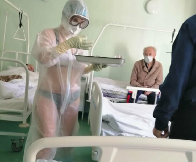 Y tá Nga gây tranh cãi vì lộ đồ lót dưới áo choàng bảo hộ