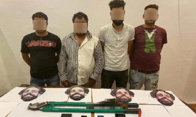 Bốn tên trộm đeo mặt nạ Mohamed Salah để cải trang.