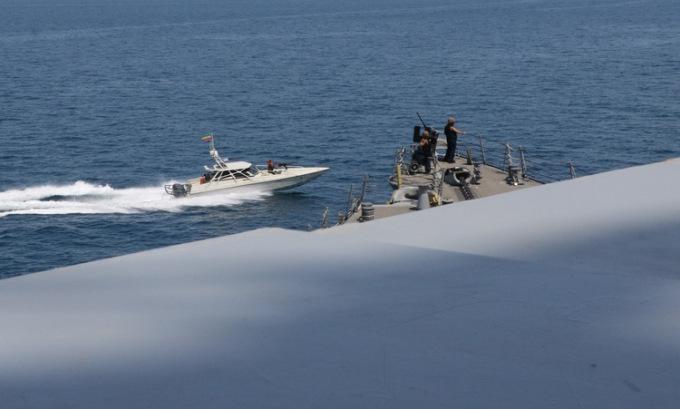Mỹ cảnh báo tàu lạ tránh xa chiến hạm