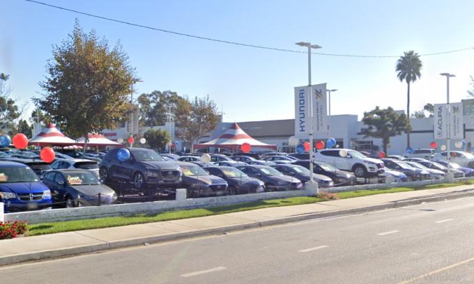 Đại lý Nissani Brothers Hyundai trên đại lộ Mesmer, Los