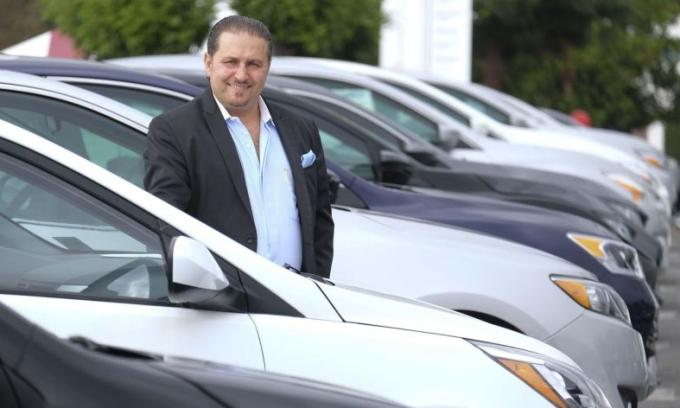 Hooman Nissani, đồng sở hữu đại lý ôtô ở Culver, lợi dụng việc đóng cửa phòng chống dịch bệnh để đưa xe của khách đi nơi khác. Ảnh: Zuma Press