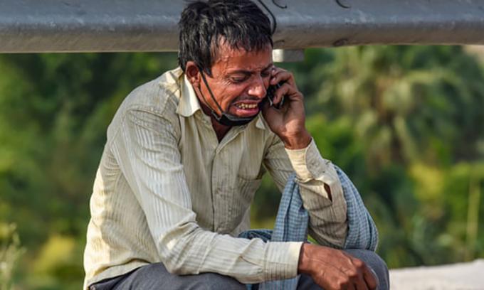 Rampukar Pandit ngồi khóc bên vệ đường ở Ấn Độ. Ảnh: PTI.