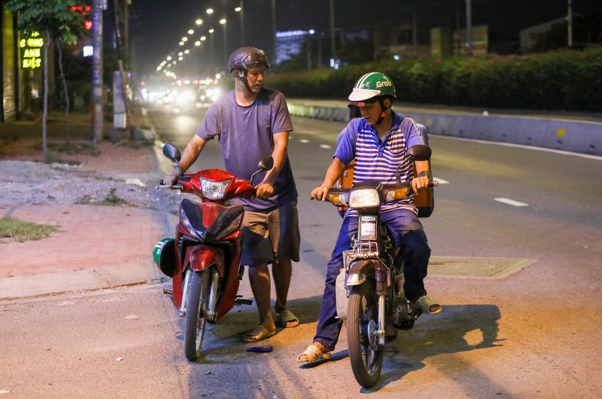Chạy vá xe, đổ xăng miễn phí trong đêm
