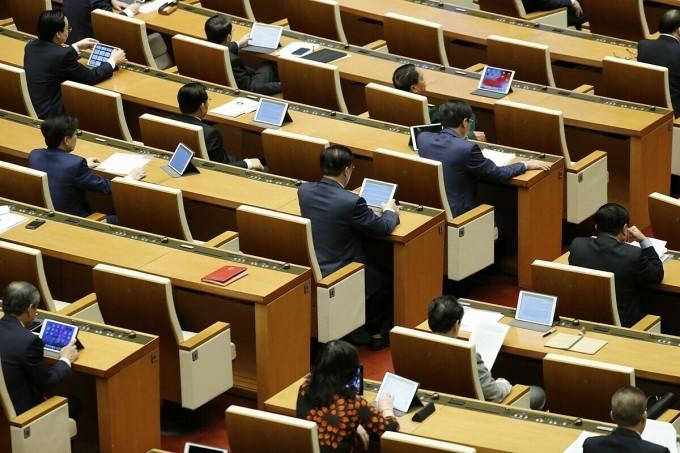 Các đại biểu ngồi giãn cách tại phiên khai mạc kỳ họp Quốc hội. Ảnh: TTXVN.