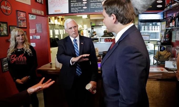 Pence không đeo khẩu trang khi thăm nhà hàng