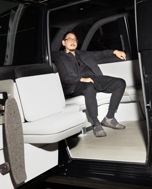 Hàng ghế trước và sau trông như nội thất trong phòng khách, Richard Kim nói về chiếc xe do anh thiết kế cho Canoo. Ảnh: The New York Times