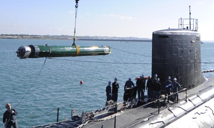 Mộtngư lôi Mk-48 được đưa lên tàu ngầm hạt nhân USS California (SSN 781) năm 2017. Ảnh: Seaforces.