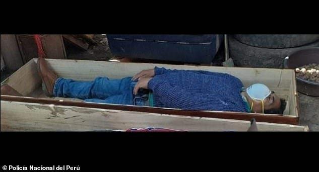 ông Torres nằm im trong quan tài, miệng vẫn đeo khẩu khi cảnh sát thị trấn Tantara ập tới bắt giữ vào tối thứ 2 vừa qua.