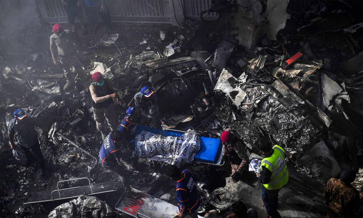 Hiện trường vụ rơi máy bay tại Pakistan