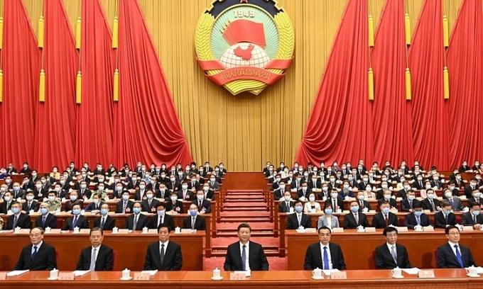 Chủ tịch Trung Quốc Tập Cận Bình và các quan chức hàng đầu Trung Quốc trong phiên khai mạc họp quốc hội tại Bắc Kinh hôm 21/5. Ảnh: Xinhua.
