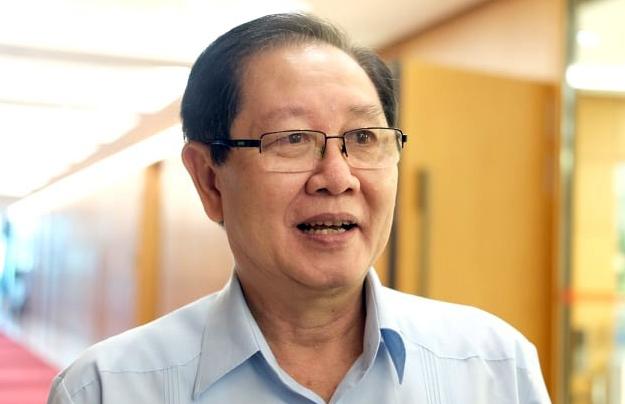 Bộ trưởng Nội vụ Lê Vĩnh Tân bên hành lang Quốc hội sáng 22/5. Ảnh: Hoàng Thùy