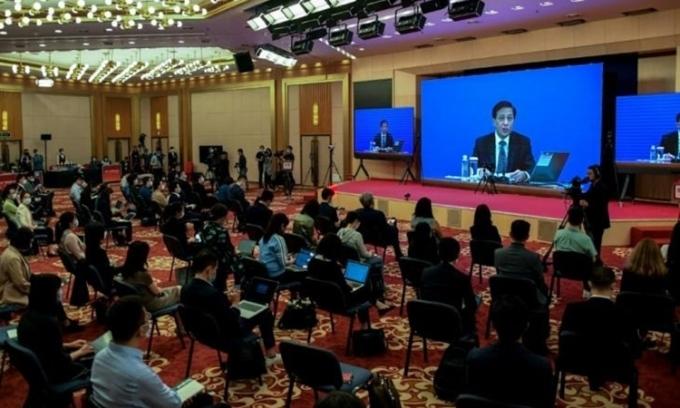 Trương Nghiệp Toại phát biểu qua màn hình trong cuộc họp báo video tại Bắc Kinh hôm 21/5, cho biết quốc hội Trung Quốc đang cân nhắc động thái cần thiết để ban hành luật an ninh Hong Kong. Ảnh: AFP.