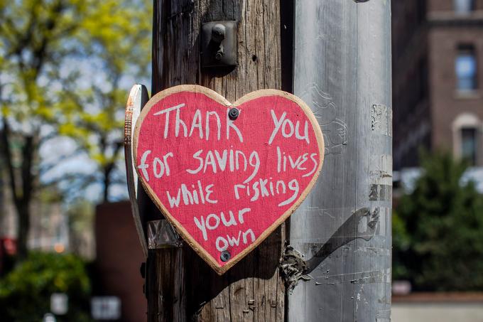 Những tấm bảng hình trái tim ghi lời cảm ơn các nhân viên y tế đã chấp nhận rủi ro tính mạng của mình để chăm sóc và cứu chữa những bệnh nhân Covid-19. Ảnh: New York Times.