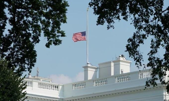 Mỹ treo cờ rủ tưởng nhớ nạn nhân Covid-19