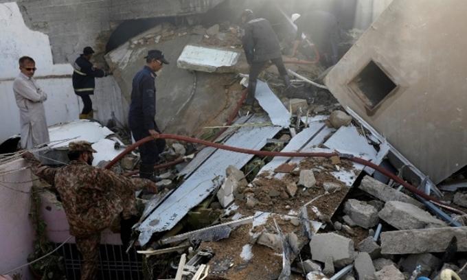 Nhân chứng thấy thi thể văng từ máy bay Pakistan