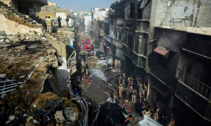 Tìm thấy 80 thi thể sau vụ rơi máy bay Pakistan