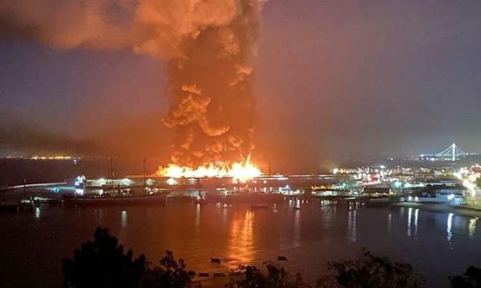 Cháy bến tàu Mỹ