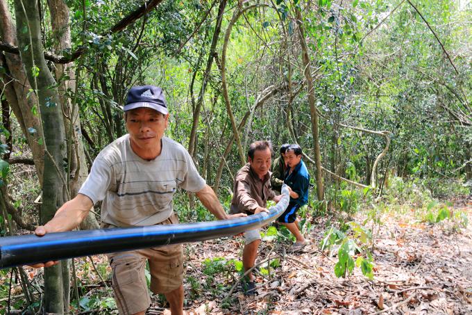 Gần 3.000 m đường ống đã được người dân lắp đặt trong những ngày qua. Ảnh: Đ Tuân.