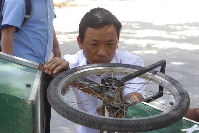 Thầy hiệu trưởng chế tạo xe quét rác