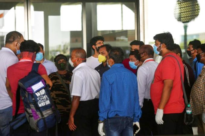 Hành khách nổi giận với nhân viên hãng hàng không vì bị hủy chuyến tại sân bay Mumbai hôm nay. Ảnh: AFP