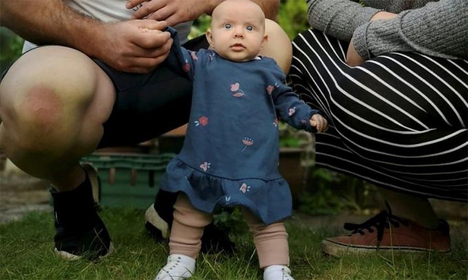 Em bé học đứng khi mới 8 tuần tuổi