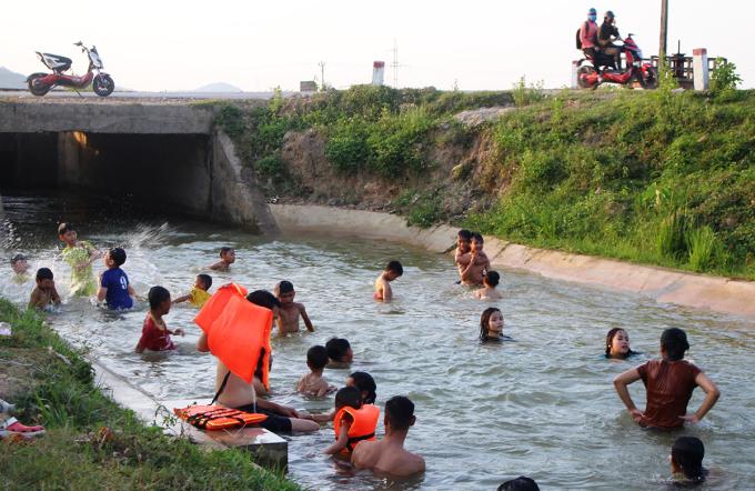 Đổ xô tắm sông giải nhiệt