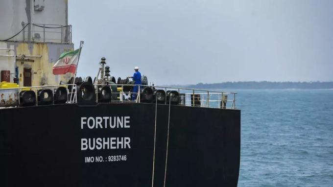 Tàu dầu Iran đầu tiên cập cảng Venezuela