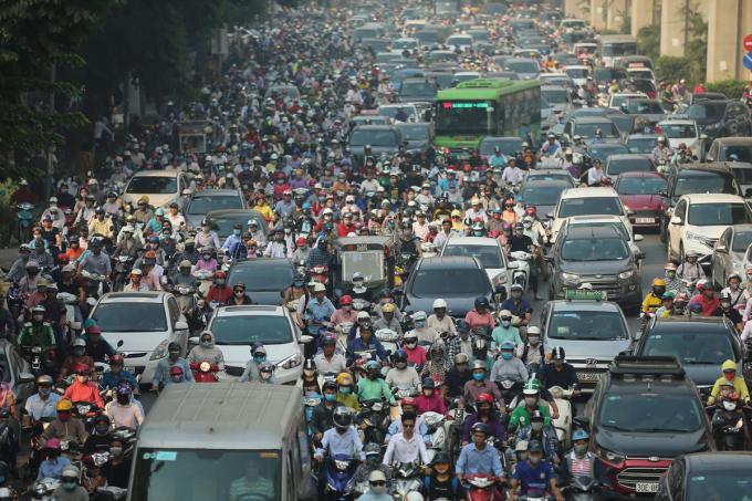 Dòng phương tiện chen chúc trên đường Nguyễn Trãi, Hà Nội. Ảnh: Ngọc Thành