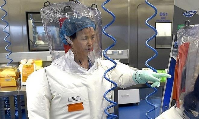 Giáo sư Thạch làm việc ở phòng thí nghiệm. Ảnh: AP.