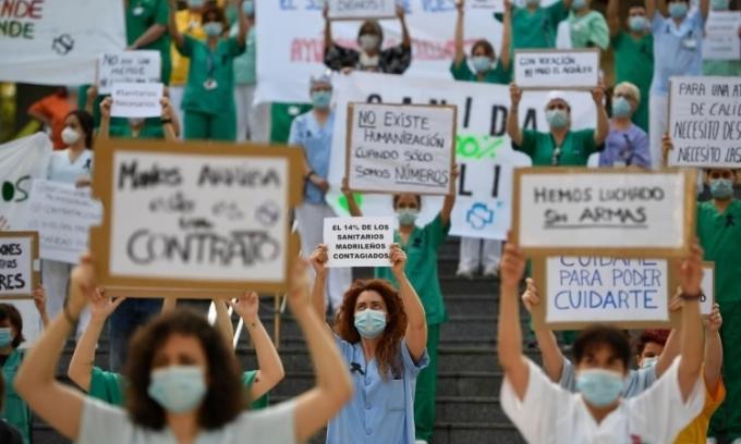 Nhân viên y tế Tây Ban Nha biểu tình
