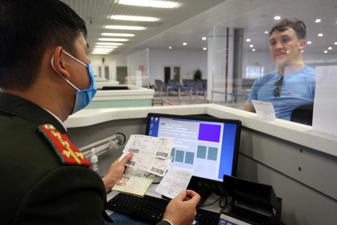 Du khách nước ngoài làm thủ tục xuất nhập cảnh tại sân bay Nội Bài hồi giữa tháng 3/2020, trước khi Việt Nam dừng cấp thị thực cho người nước ngoài từ 0h ngày 18/3. Ảnh: Bá Đô