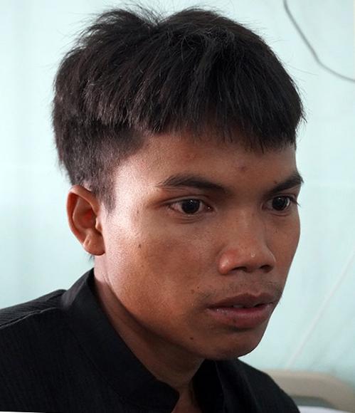 A Đục đang được điều trị tại Bệnh viện Đa khoa tỉnh Kon Tum. Ảnh: Trần Hóa.