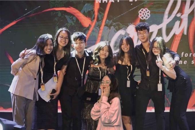 Quang Anh (thứ ba từ trái sang) cùng ban tổ chức chương trình Ngày hội anh tài. Ảnh: Nhân vật cung cấp